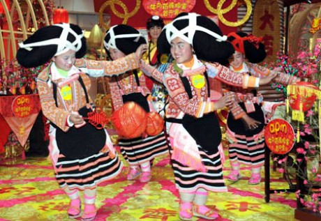 girls_of_miao_ethnic_group_perform_in_hong_kong20090206112001.jpg0