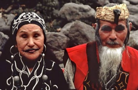 ainu_in_traditional_costume_picture