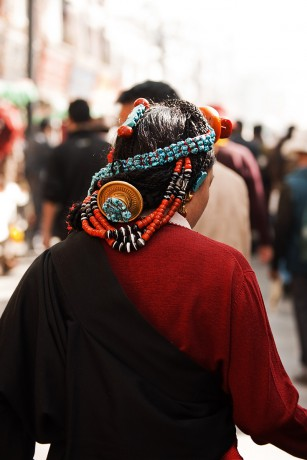 091112_lhasa_tibet_barkhor_hair_ornaments_tibetan_woman_back_IMG_3863