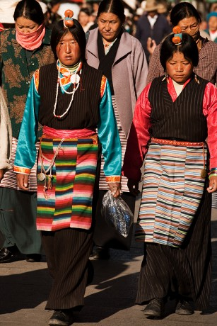 091112_lhasa_tibet_barkhor_hair_ornaments_tibetan_women_front_walking_IMG_3978